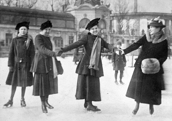 Boldogan korcsolyázó fiatal barátnők egy csoportja a Városligeti Műjégpályán, 1910 egyik fagyos délutánján.