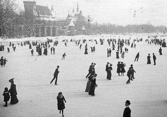 A kép 1905 telén, a Városligeti Műjégpályán készült. A Műjégpálya 1870. január 29-i megnyitása előtt a Városligeti-tó egy részét minden télen korcsolyapályává alakították át, ahol a hölgyek és urak díjmentesen hódolhattak ennek a téli sportnak. A Budapesti Városligeti Műjégpálya szinte regénybe illő történetét itt olvashatod el.