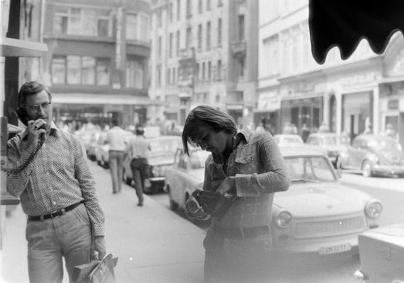 Márkás farmerholmit jóformán csak kamionsofőröktől lehetett vásárolni, méghozzá elég borsos áron - boldog volt, aki ilyet kapott karácsonyra. A talpig farmert viselő hölgyet 1980-ban kapták le a budapesti Kristóf téren, szemben az Anna espresso látható.