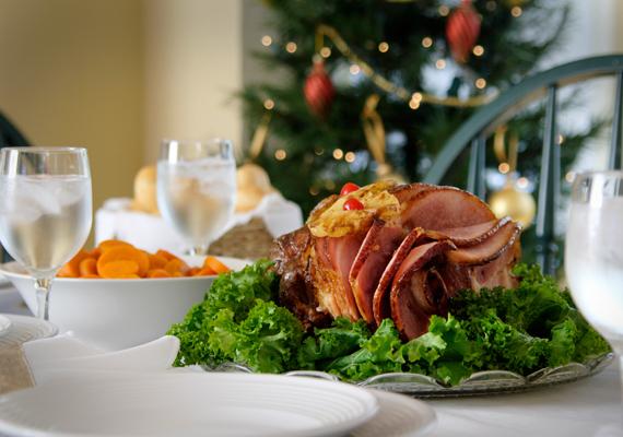A maradékokat ne dobd ki, hanem tedd el a mélyhűtőbe, vagy készíts belőlük valami más fogást: például a húsokat akár egy-egy ínyenc szendvicshez is felhasználhatod. A kukába dobott ételek sok pénzt visznek el.