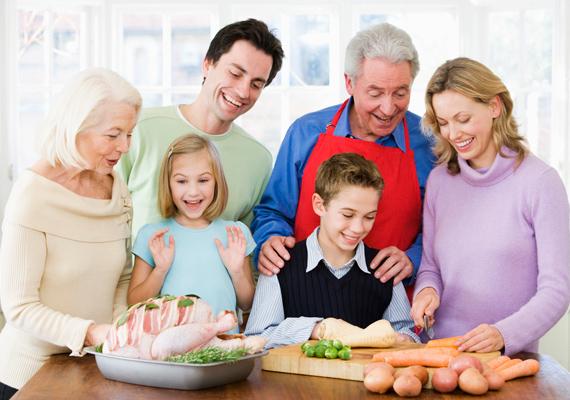 Ha nagyobb vendégsereget vársz, érdemes lehet egyezkedni, hogy ki milyen ételnek legyen a felelőse. Ha nem mindent magadnak kell megvásárolni és elkészíteni, az nagy segítséget jelent a pénztárcádnak.