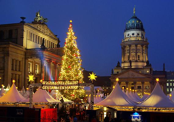 Berlin sem szűkmarkú, ha a karácsonyról van szó. Díszes fája és a körülötte lévő forgatag még a képen keresztül is csodás hangulatot áraszt.