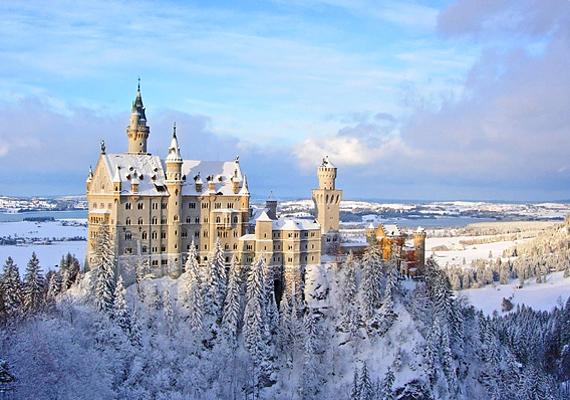 Neuschwanstein várát a Bajor-Alpok rejti magában - magasba nyúló tornyaival és havas tájával olyan, mintha egy hógömb belsejét szemlélnéd.
