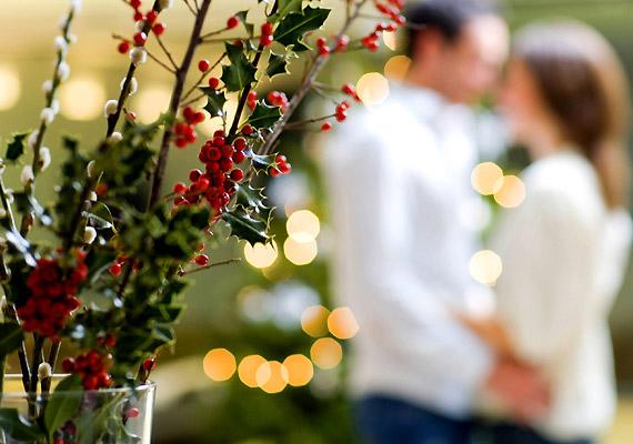 Borbála, illetve Luca napján gallyakat, főként somgallyat vagy gyümölcságat tettek vízbe. Ha az karácsonyig kizöldellt, a leány jó eséllyel férjhez ment a következő évben. Az elszántabbak aztán magukkal vitték a kizöldellt gallyat vagy ágat az éjféli misére, és titokban megérintették vele kiszemeltjüket - hitük szerint ezzel egy életre magukhoz kötötték a szóban forgó legényt.