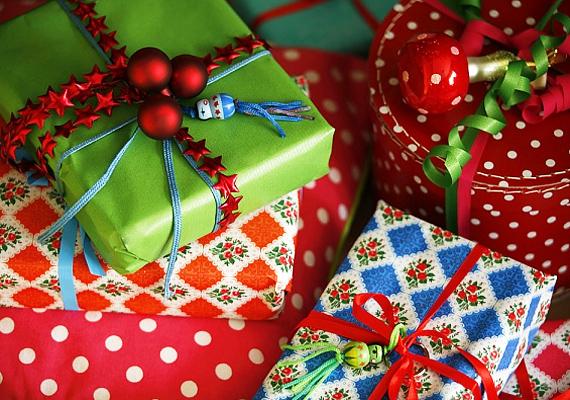 Az egyszerű papírba bújtatott ajándékok is sokkal látványosabbak, ha a valamiféle apró kis dísszel, például karácsonyi gömbökkel dekorálod a kötözőszalagot.