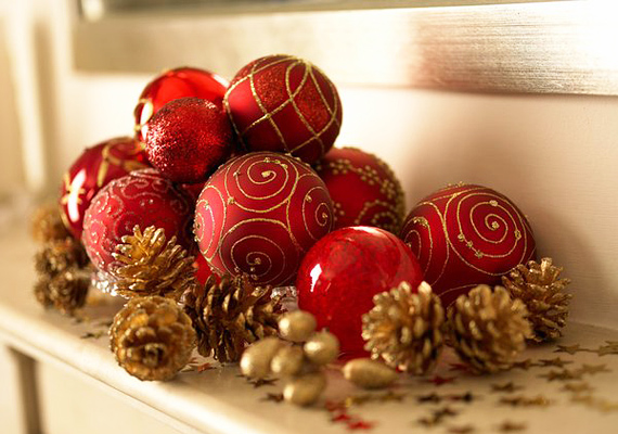 Fogj néhány egyszerű piros díszt, és halmozd őket egy kupacba - meglátod, ez lesz a lakásod ékessége.