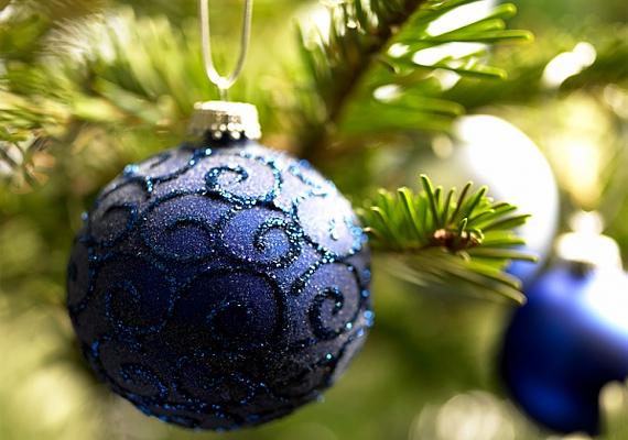 Habár a kék nem az a kimondott slágerszín karácsonykor, mégis bátran használhatod, hiszen jól harmonizáld a fenyő zöldjével.