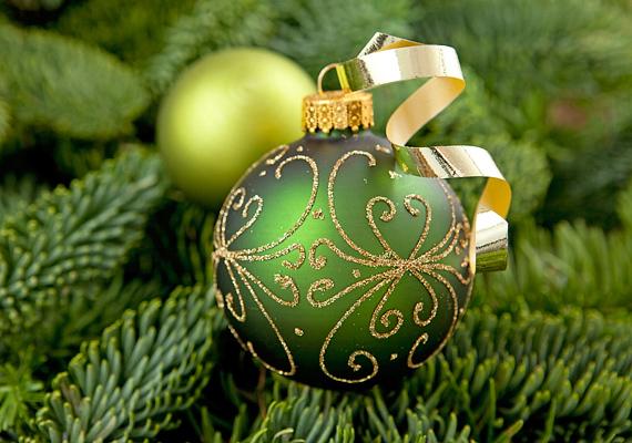 Az egyszerű gömböket remekül feldobhatod, ha nem damillal vagy cérnával, hanem ajándékkötöző szalaggal akasztod őket a fára.