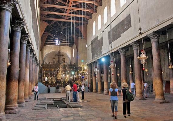 A templom belseje egyszerűen díszített, csak az oltárok és az Alázatosság barlangjának fényűzése utal arra, hogy nem egy hétköznapi helyről van szó.