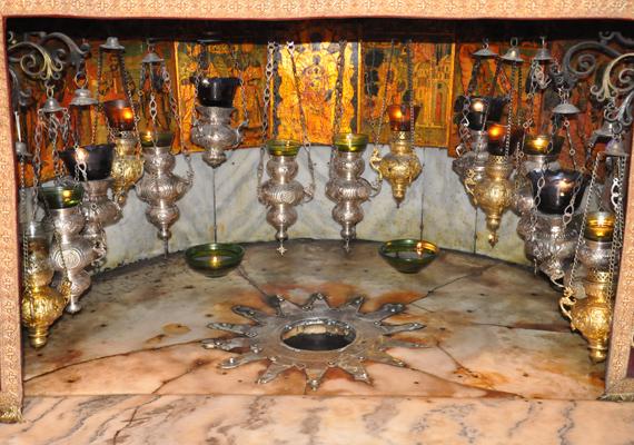 Így fest az Alázatosság barlangja, amely tulajdonképpen egy kisebb szentélyt foglal magában, ahová bárki bekukkanthat, és leróhatja tiszteletét Jézus előtt.