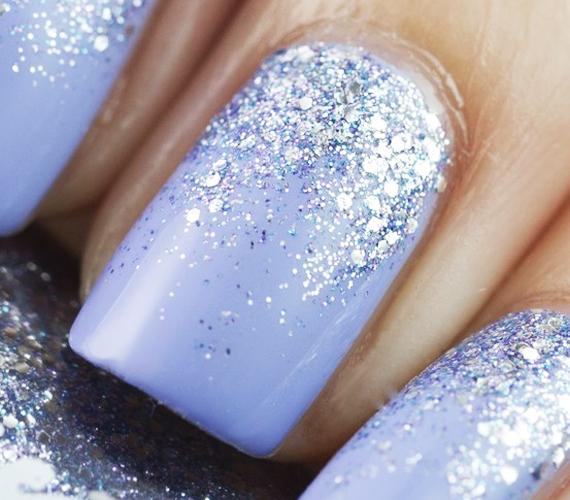 A téli hangulatnál maradva válassz egy télies kék árnyalatot, fesd ki vele egyenletesen a körmeidet, majd a körömágytól húzva tegyél rá némi ezüstös csillogást. Mintha csak egy zúzmarától fénylő téli képet néznél.