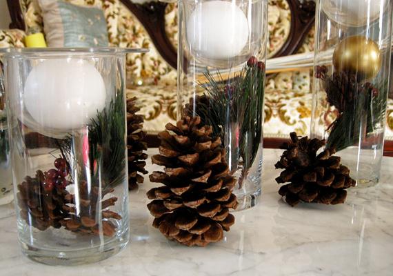 Néhány tobozt helyezz az asztalra vagy a polcra, majd fedd le őket használaton kívüli üvegpoharakkal. Ha ennél kicsit többet szeretnél, fenyőágat vagy hógolyót jelképező hungarocell golyókat is rejthetsz a pohárba.