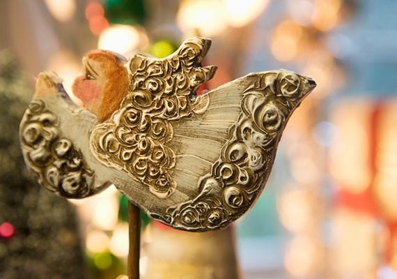A faragott díszeknek antik hangulatuk van, ám ha te szereted ezt a stílust, akkor mindenképpen szerezz be néhány fából készült dekorációt.