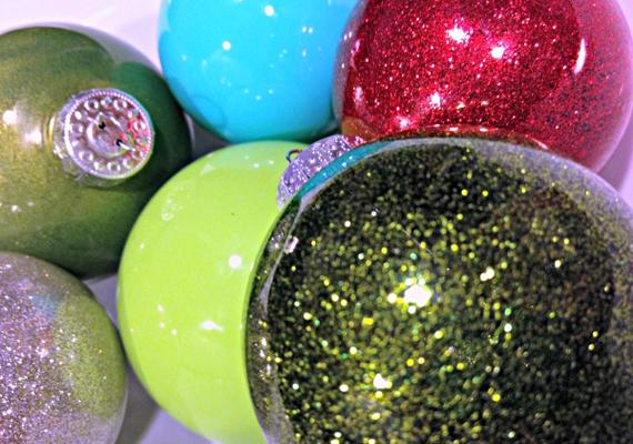 Fogj néhány sima átlátszó műanyag vagy üvegdíszt, és távolítsd el az akasztójukat. Tölts mindegyikbe egy kevés csillámos akrilfestéket - hobbiboltokban kapható -, majd kissé mozgasd-forgasd meg őket, attól függően, hogy mekkora felületet szeretnél ily módon kiszínezni. Ha azt akarod, hogy mindenhová jusson a festékből, tedd a hüvelykujjadat a gömbök nyílásra, és jól rázd meg őket.