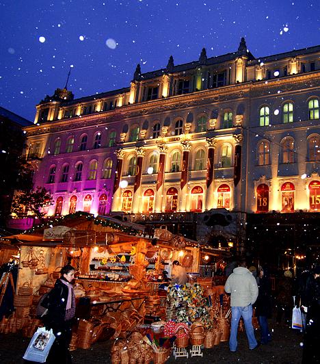 Budapest  A karácsonyi hangulat fővárosunkból sem hiányozhat. Az utcák és a terek, legfőképpen a belvárosban, minden évben pompás fényköntösbe burkolóznak. Érdemes ilyenkor végigsétálni az Andrássy úton, majd a november 20-án megnyílt Vörösmarty téri karácsonyi vásárt felkeresni egy nagy bögre fűszeres forralt borért.  Mesebeli csokiboltok Budapesten »