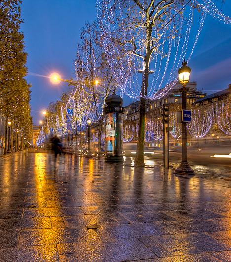 Párizs  Az Eiffel-torony szinte minden évben ünnepi ruhát kap, a híres utcák és terek pompás fényárban úsznak, és rendszeresen ellepik őket a turisták. Mindez nem meglepő, hiszen Párizs nem csak tavasszal ragad magával, de különleges hangulatával karácsonykor is.