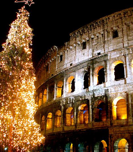 RómaRómában ne számíts hóra, és vastag télikabátra sem lesz szükség. A karácsonyi hangulat azonban a mediterrán fővárost sem kerüli el: a város bevásárlóutcái karácsony előtt színes fényárba öltöznek, zenekarok lepik el őket, színdarabok elevenednek meg rajtuk, és természetesen turisták százezreivel telnek meg.