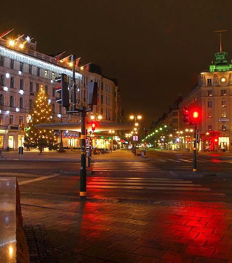 StockholmA svéd fővárosba kevesen látogatnak el karácsonykor, pedig ma már néhány ezer forintért is repülőre ülhetsz. Ráadásul érdemes is: a város tereit karácsony előtt itt ellepik az árusok, akiknél megkóstolhatod a hagyományos karácsonyi heringet és a gloggot, a konyakos forralt bort.