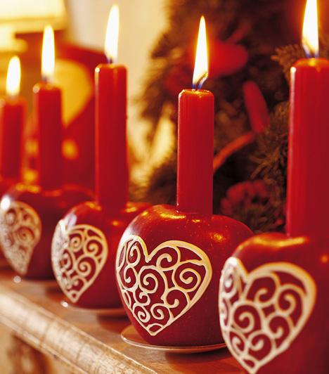 Régen almákat tettek a fenyőfára. Újítsd meg ezt a kedves hagyományt. Tubusos üvegfestékkel rajzolj az almákra, majd szúrj beléjük gyertyát. Ezt a dekorációt magadnak is elkészítheted, hogy a konyhában is karácsonyi legyen a hangulat.