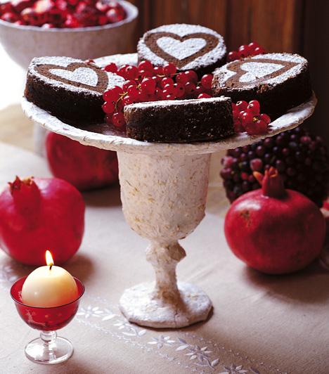 A piros és fehér színek kombinálása remek ötlet. Akár gyümölcsöket is - ez esetben gránátalmát - használhatsz dekorációs elemnek. A pohárba tett gömbgyertya csak a ráadás.