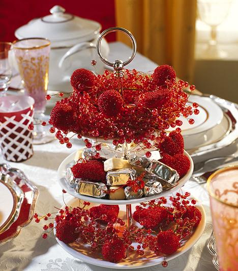 A piros a karácsony egyik klasszikusa. Az édességet kínáló tálkákra tegyél piros díszeket. Kapcsolódó cikk: A tökéletes mézeskalács receptje »