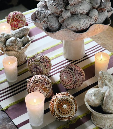 A gömböket nemcsak a karácsonyfára aggathatod, hanem az asztalt is díszítheted velük.