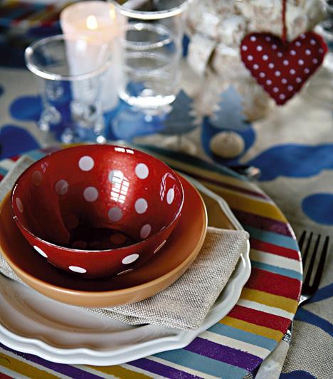 Ha nincs kedved lecserélni az étkészletet egy ünnepibbre, akkor válassz a már meglévőhöz passzoló dekorációt. A bohém pöttyös tálhoz remekül illik a filcszívecske.