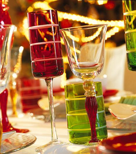 A piros és a zöld klasszikus karácsonyi színek. Ez tükröződhet a terítéken is. Hogy ne legyen túl össze-vissza, válassz azonos mintájú darabokat.