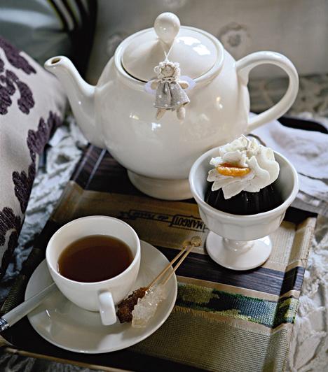 Ha a barátnőidet nem hívod meg ebédre vagy vacsorára, akkor lásd őket vendégül teára vagy jó meleg kakaóra. A kanna gombjára akasztott angyalka karácsonyi hangulatot teremt.Kapcsolódó cikk:3 csodálatos karácsonyi ital »