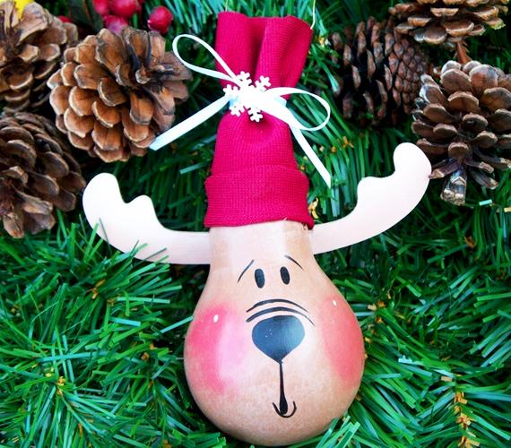 Rudolf elkészítése sem ördöngösség, bár egy kis kézügyesség nem árt hozzá. Az angyalkához hasonlóan alapozd le a körtét, majd csinálj neki papírból szarvakat, textilből pedig sapkát.