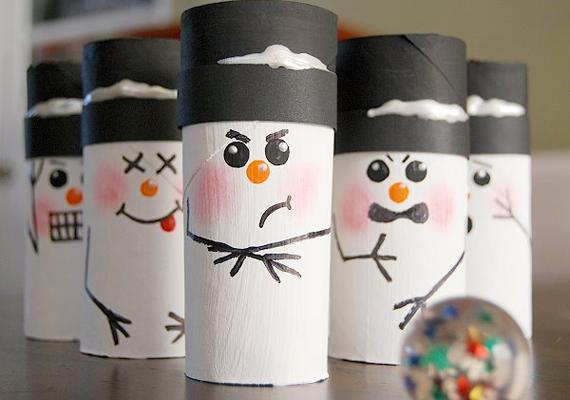 Kend le fehér vízfestékkel vagy temperával a gurigát, majd rajzolj neki arcot, kezet, kalapot, és készen is van a hóember. Mint láthatod, egészen sokféle mimika közül lehet válogatni.