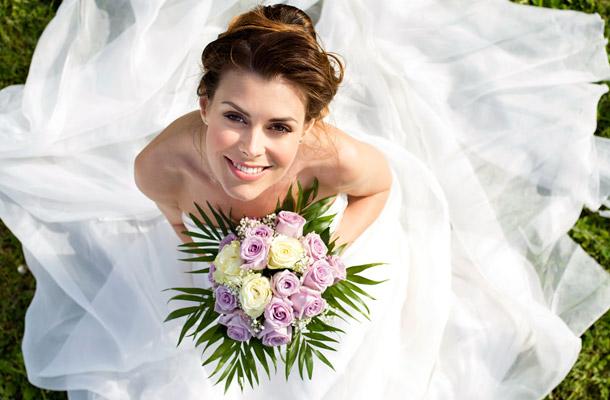 Fotók Menyasszony és vőlegény kéz a kézben 24466793