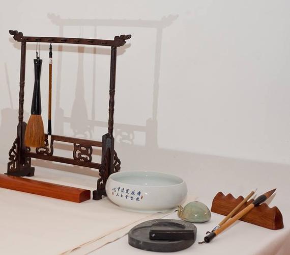 A kínai festő eszközeiAz ecset vékony bambuszcsőbe fogott szőrből készült pamat, amely biztosítja, hogy az egyetlen kézmozdulattal húzott ecsetvonás hajszálfinom vonalból képes legyen egyenletesen kiszélesedni akkorára, amekkorára az ecset mérete engedi. A kínai tus fenyőgyanta kormából készül, enyv hozzáadásával.A papír nedvszívó képessége és textúrája szerint eltérő lehetőségeket nyújt a festőnek. A kínai tus, ha egyszer nyomot hagy a papíron, onnan többé sem törlés, sem mosás nem tünteti el.