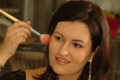 Adrienn sminkelés közben