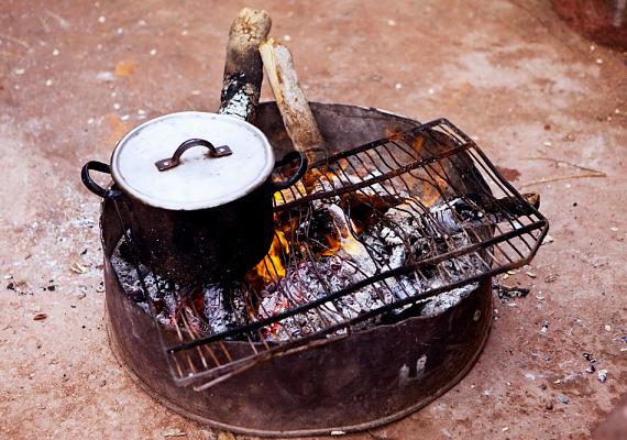 Ha a kerti sütögetés előtt a lábas alját bekened szappannal, az étel elkészülte után sem lesznek rajta fekete koromnyomok.
