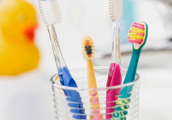 A fogkefékre számos baktérium telepedhet az emberi szájból, különösen, ha vizesen hagyod fogmosás után. Lehetőleg ne használj közös tárolópoharat a többiekkel, és főleg ne fejjel lefelé tartsd benne a fogkeféket.
