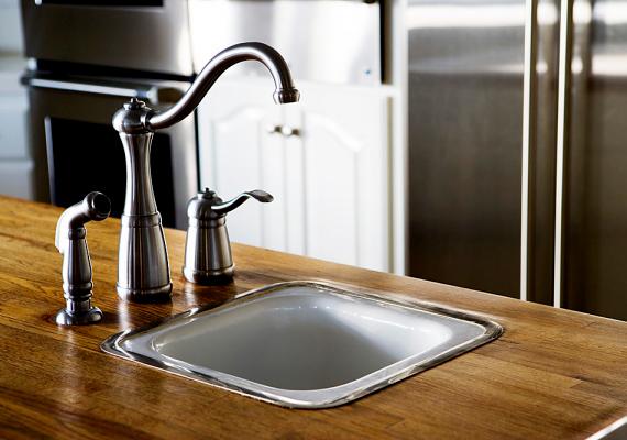 A szakértők szerint sokszor a toalett is tisztább, mint a mosogató. Fontos, hogy ne csak az edényeket mosd el, de minden mosogatás után kitakarítsd magát a mosogatót is.