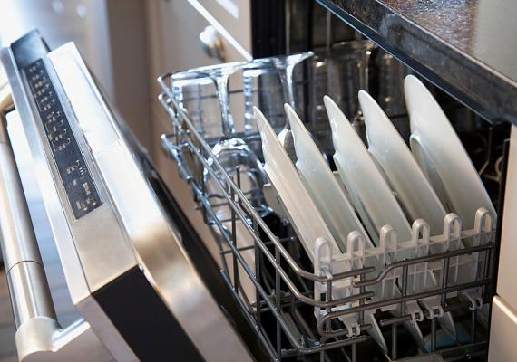 Sokan anélkül teszik be az edényeket a mosogatógépbe, hogy kiöblítenék az ételmaradékot, így az könnyen összegyűlhet a gép aljában. Ez nem tesz jót a készüléknek, emellett a baktériumok számára is táptalajt jelenthet.