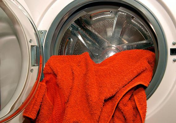 A mosógép dobján megtelepedő vízkő komoly baktériumtelepet jelenthet, emellett a szigetelést biztosító gumi is könnyen penészessé válhat. Ne feledkezz meg ezek tisztán tartásáról.