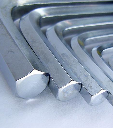 Imbuszkulcs  Az imbuszkulcs - más néven belső kulcsnyílású csavar - feje hatszögletű lyukkal rendelkezik, és bicikliszereléskor vagy bizonyos bútorok összeszerelésekor lehet rá nagy szükség. A csavarhúzóhoz hasonlóan ezekből a szerszámokból is érdemes több mérettel felszerelkezni.