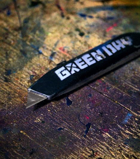 Tapétavágó kés  A tapétavágó kés egy műanyag tok, melyben éles pengék helyezkednek el. A tapéta kiszabásához elengedhetetlen, de olyan esetekben is nagy hasznát veheted, amikor az ollónak nem - például vezetékek vágásánál.