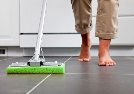 Ha a padlót szeretnéd felmosni vele, literenként adj a vízhez egy evőkanál mosószódát.