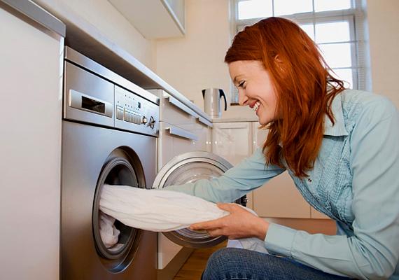 A mosószódának fehérítő hatása van, ezért tökéletes mosószer a fehér ruhákhoz. A mosógép adagolójába tegyél két-három evőkanállal, majd indítsd el a programot.