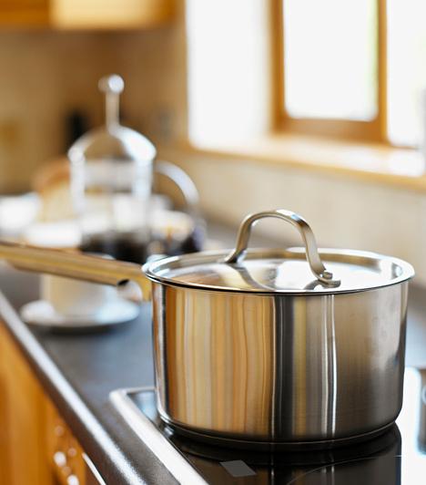 Változtass a főzési szokásaidon!                         Köztudott, hogy a konyhában szökik el a legtöbb energia, sokszor feleslegesen. Egy kis odafigyeléssel azonban véget vethetsz a pazarlásnak. Ha elektromos tűzhelyed van, olyan edényt használj, mely illeszkedik a főzőlaphoz, így kisebb lesz a hőveszteség. Pusztán a fedők alkalmazásával lényegesen lerövidítheted a főzési időt. Szintén jó tipp, ha tésztafőzéshez előbb vízforralóval felmelegíted a vizet, így megtakaríthatsz egy kis energiát. Illetőleg, csak akkor melegítsd elő a sütőt, ha kifejezetten úgy kívánja a recept, máskülönben csak feleslegesen pocsékolod az energiát. A fagyasztott húsok kiolvasztására pedig ne használd a mikrohullámú sütőt, inkább a főzést megelőzően tedd át a hűtőbe egy napra.