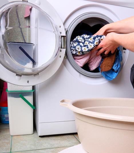 Csökkentsd a vízfogyasztást!Egy háztartásban rengeteg víz folyik el naponta, sokszor kihasználatlanul. A félig megpakolt mosógép egyenlő a pazarlással, ugyanis, ha szín szerint szétválogatod a ruhákat, több félprogram összejöhet, mellyel több vizet fogyasztasz, mintha megvárod, hogy összegyűljön a szennyes ruhákból egy sötét és egy világos kupac, melyekkel megtöltheted a mosógépet. További vízpocsékolást előzhetsz meg, ha perlátort szerelsz a csapra, mely levegővel dúsítja a vizet, vagy stopbetétet szerelsz a vécétartályba, hogy ne ürítse ki magát teljesen minden öblítéskor, mert sokszor ez felesleges.