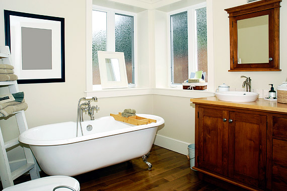 Ha a fürdőt a lakás többi helyisége veszi körül, érdemes elgondolkodni néhány ablak beillesztésén. A tejüveg beengedi a fényt, de megőrzi a fürdő intimitását.