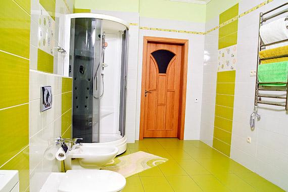 A bohókás minták, a vidám színek és a függőleges csíkozás tágasabbnak és világosabbnak mutatja a fürdőt, ami így friss és levegős lesz.
