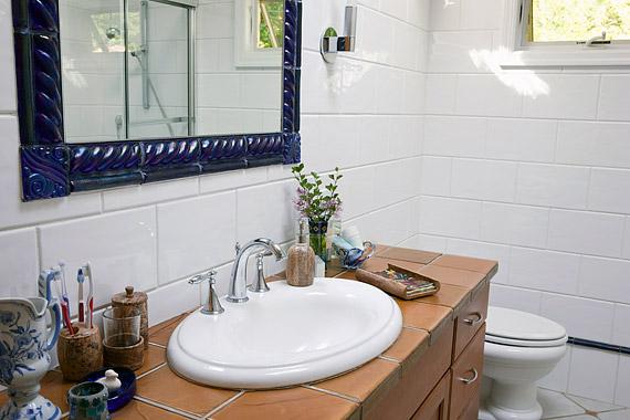 A fehér és a pasztell tágasabbnak és világosabbnak mutatja a fürdőt, a kiegészítőkön megjelenő karakteres színek pedig megtörik a steril hangulatot.