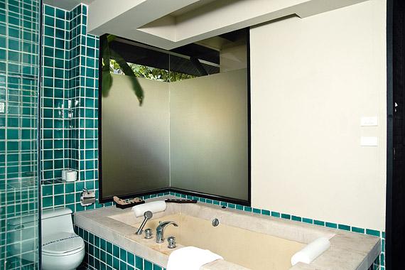 Nem újdonság, hogy a tükrök tágítják a teret. De ki mondta, hogy csak a mosdókagyló fölött kaphatnak helyet?