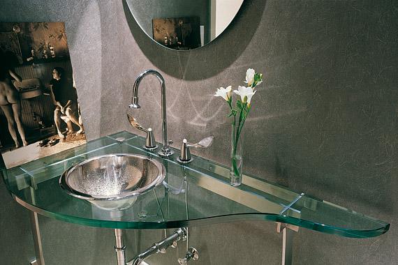 Az üvegből készült berendezési tárgyak nagyon modernek, ráadásul a legkisebb fürdőszoba sem tűnik zsúfoltnak tőlük.